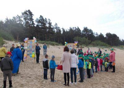 """Vaikų piešinių parodos """"Aš noriu augti prie švarios jūružės"""" atidarymas Palangos Mėlynosios vėliavos Birutės parko paplūdimyje"""